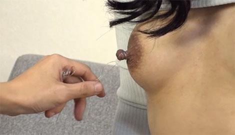 針金で縛られる乳首