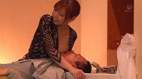 見つからないように乳首を吸わせる吉澤友貴ちゃん