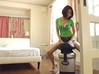 リサイクル業者を待たせ隣の部屋でロデオで汗をかきながら腰を振る飯田ゆかりさんの挑発シーン