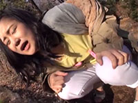 母乳ママ里坂あかりちゃんのノーブラ勃起乳首にチクビロータを装着して公園を楽しくお散歩!