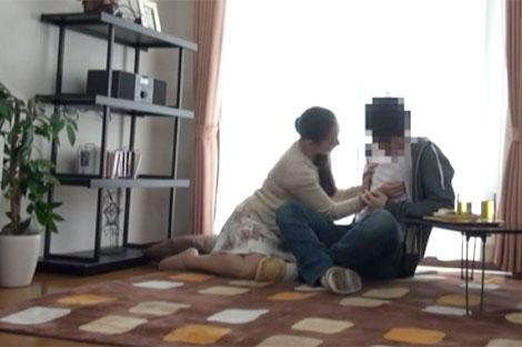 息子の友人の乳首をTシャツの上から弄り始める母親