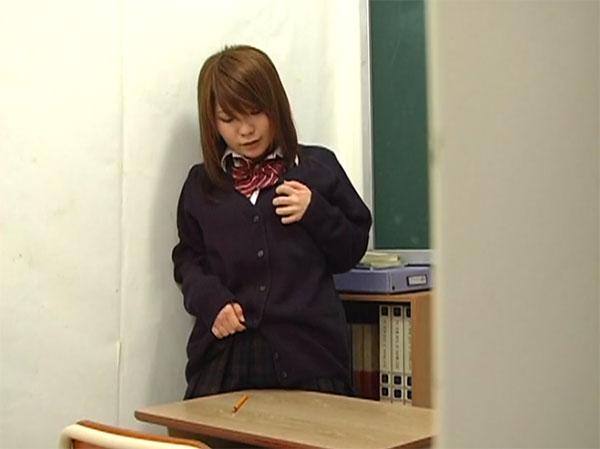 教室で角オナニーをする巨乳JK
