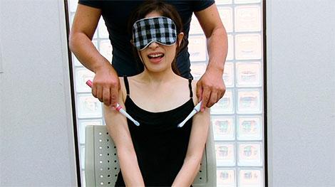 ダブル歯ブラシ乳首責めされる女性