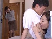 コッソリ僕の乳首を弄って誘惑してくる母の親友、谷原希美さんの最高の乳首誘惑物が登場!