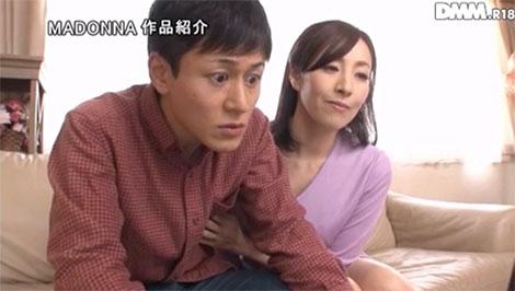 こっそり乳首を弄る谷原希美さん