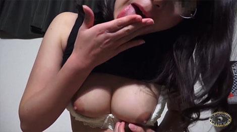 淫語で挑発しながら乳首オナニー
