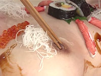 女体盛りにされた苑田あゆりちゃんの乳首を刺し身のつまとわざと間違えて箸で摘んで食べようとする久我かのんちゃん(笑)