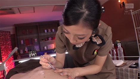 乳毛を抜く阿部栞菜さん