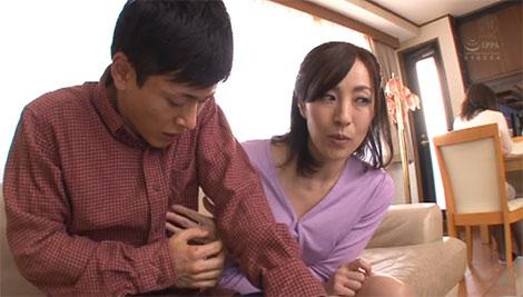 母の目を盗んで乳首を弄ってくる谷原希美さん