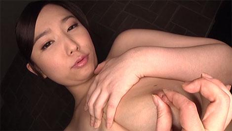 自分の乳首を弄る笹倉杏さん