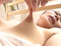 敏感で長い乳首を引き伸ばされて恥ずかしくも感じてしまう井川香澄さんの乳首伸ばし動画!