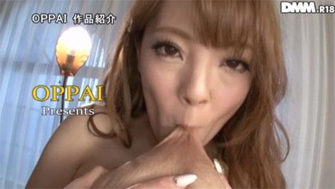Hitomiさんのセルフ乳首舐め