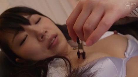 乳首クリップを付けられる永井みひな
