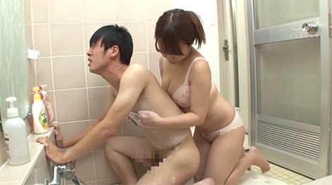 弟の友達をお風呂で乳首責め誘惑