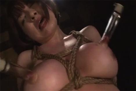 乳首を吸引される女剣士