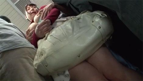 乳首を執拗に痴漢される女性