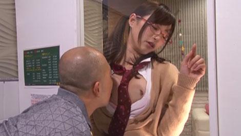 擦り付ける乳首を舐めるオッサン