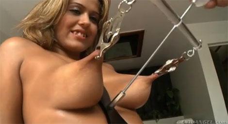 乳首をスッゴイ伸ばされるブロンド美女