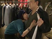 男性客がコートを試着中に服越しに乳首を弄って誘惑してくる乳首責め好きなアパレルショップ店員の菊川みつ葉ちゃん