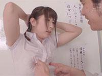 変態乳首教師、宝田もなみ先生が自撮り乳首オナニーを投稿サイトにアップしているのを見つけた生徒が、それをネタに先生を脅して教室で乳首責め!
