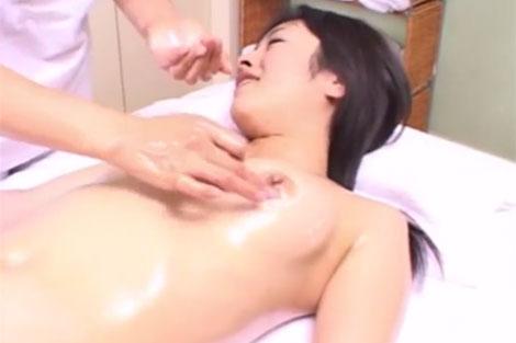 乳首マッサージを受ける女性
