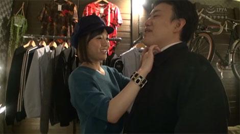 男性客の試着を手伝うアパレルショップ店員、菊川みつ葉ちゃん