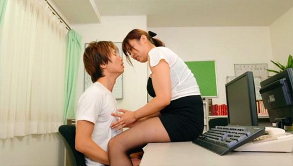 職員室で同僚を乳首責め