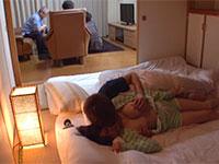 コッソリ乳首弄り!寝ている従妹、鷹宮ゆいちゃんの可愛い乳首をこっそりいじり続けるとどんどん息が荒くなって乳首発情する最高の動画!