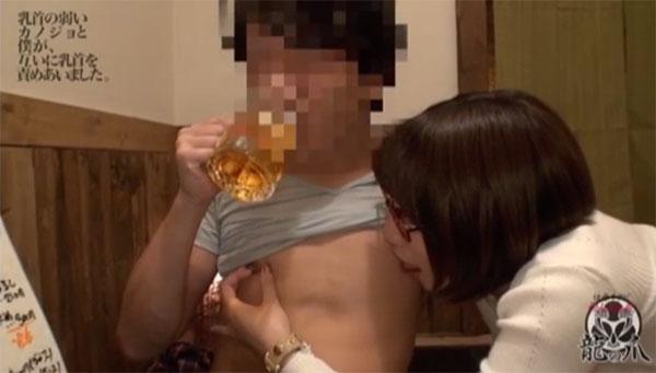 ビールを飲みながら乳首を舐められるM男クン