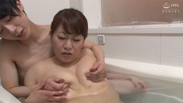 お風呂で母さんの乳首を弄る息子