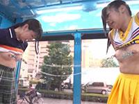 マジックミラー号で乳首相撲対決!チア部とラクロス部のアスリート女子大生が部の威信を掛けて本気で乳首相撲に挑む動画!