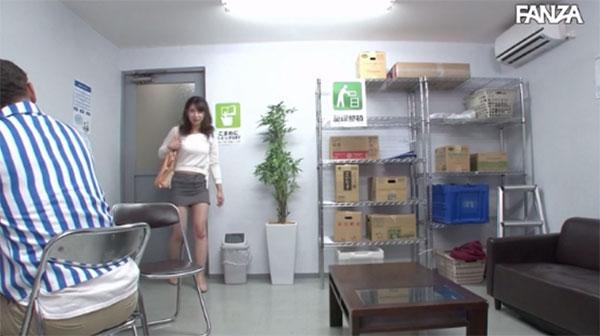 コンビニに出勤してきたパートの若妻