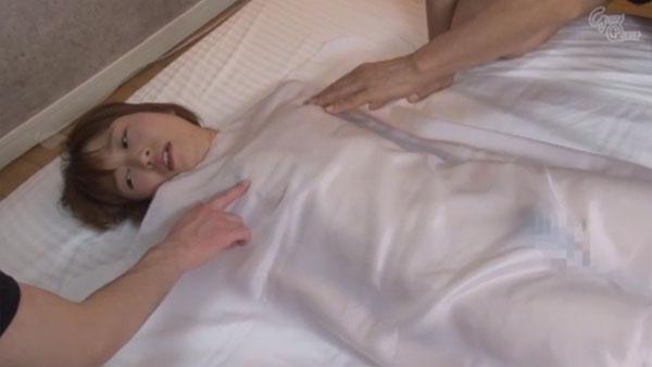 白い布を掛けられて乳首責め