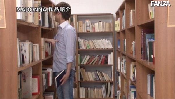 図書館で乳首をツンってしてくる司書
