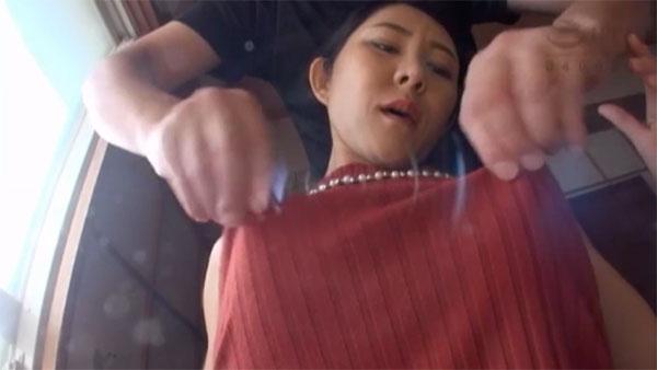 ニット越しに乳首を摘まれる西野美幸