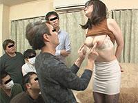 男たちに乳首をツンツンされるマゾ妻