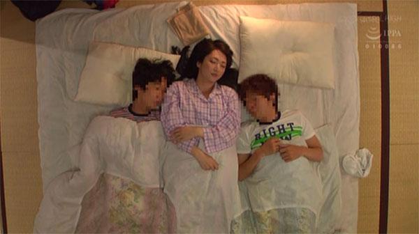 甥っ子2人と川の字に寝る叔母