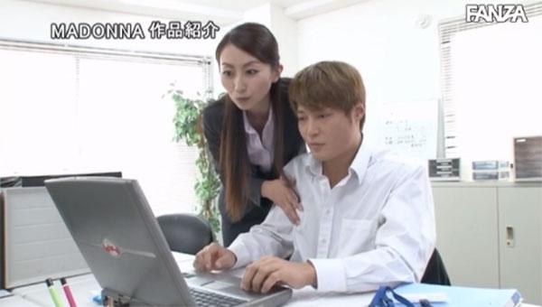 パソコン作業中に乳首を弄ってくる女上司