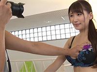 婦人服チラシの下着モデルの撮影中に「マッサージしてあげる」と胸を揉まれ乳首まで弄られてしまう超美巨乳妻、三原ほのかの最高に興奮する乳首NTR動画!