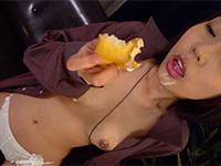 食べていると何故か興奮発情する変態性癖、七海ゆあのクリームチクニー!シュークリームを咀嚼しながら乳首に塗って乳首オナニーする超ツボった激エロ動画!