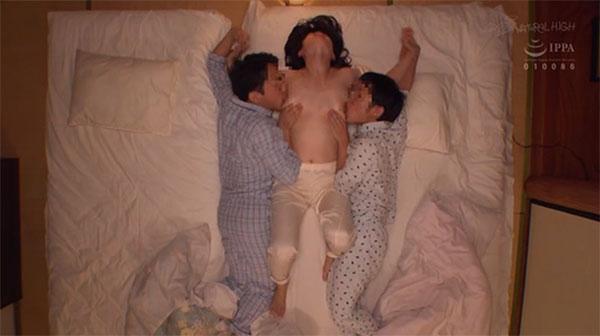 寝ていると両方の乳首を舐めてくる親戚のエロガキ2人