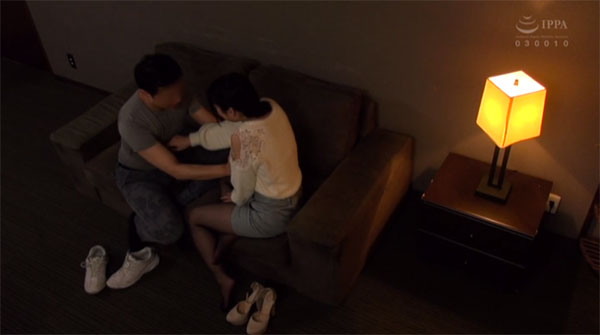 暫く会話を楽しんだらお互いゆっくりと服の上から乳首を触り始める