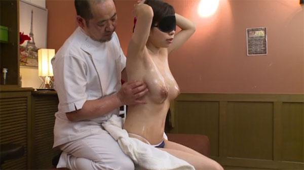 スペンス乳腺マッサージを受ける青葉優香