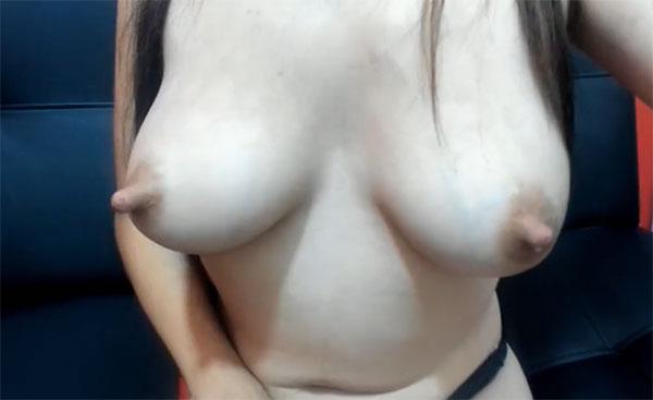 色白巨乳で乳首も長い!