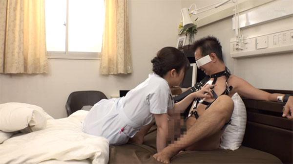 拘束された石塚さんの乳首を弄り始める看護師さん