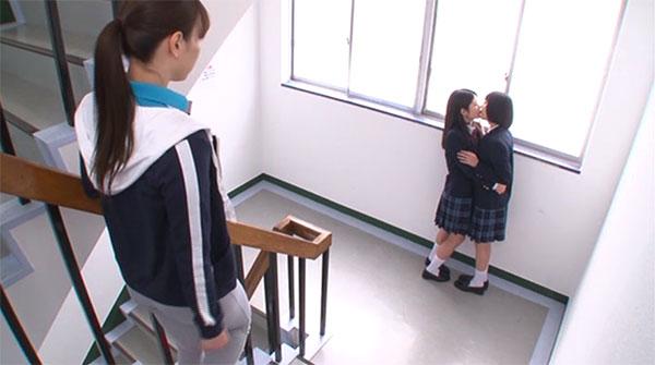 校内でキスしていた女生徒を目撃した加藤あやの