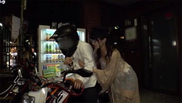 路上でバイクに乗った男性を逆乳首痴漢