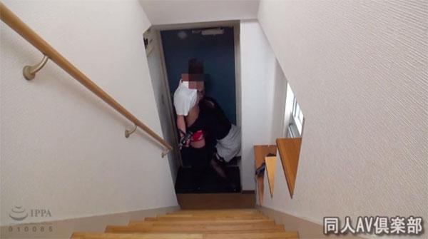 玄関で男性の乳首を舐めるアケミ
