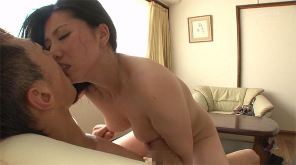 対面座位中に乳首を摘まれヘコる吉野艶子