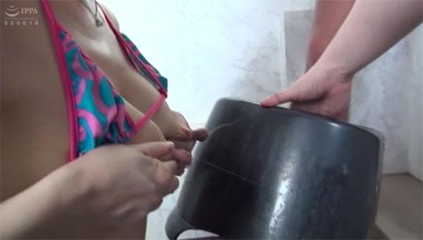 椅子に母乳を吹きかける西野美幸